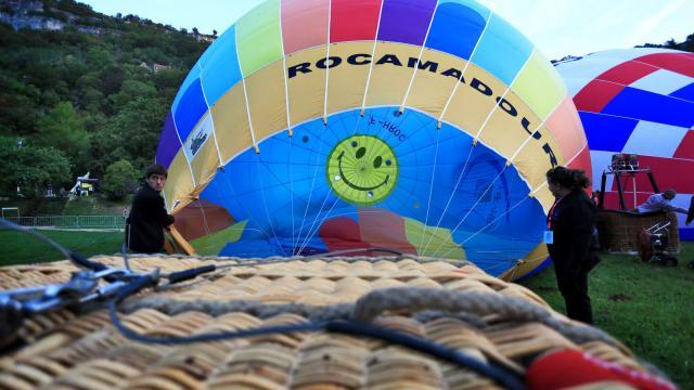 Préparation de la montgolfière avant le vol