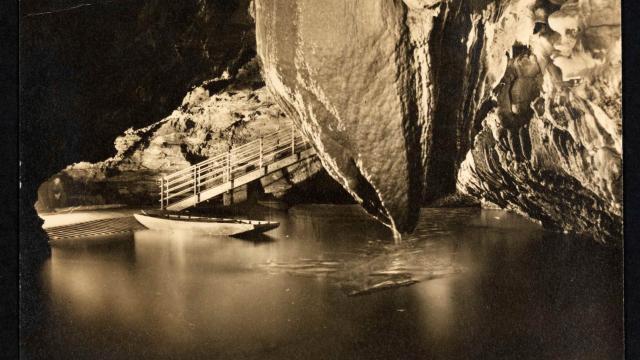 Archive Barque Sur Le Quai Du Debarcadere Du Lac De La Pluie Pres De La Grande Pendeloque Rgouffre De Padirac 0.jpg