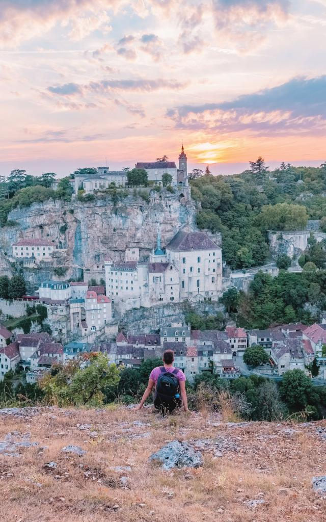 Devant un coucher de soleil à Rocamadour