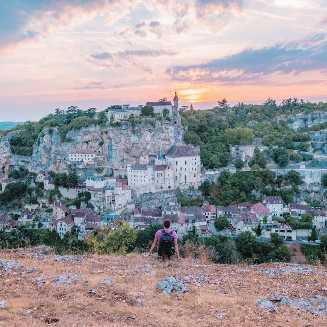 Devant un coucher de soleil à Rocamadour