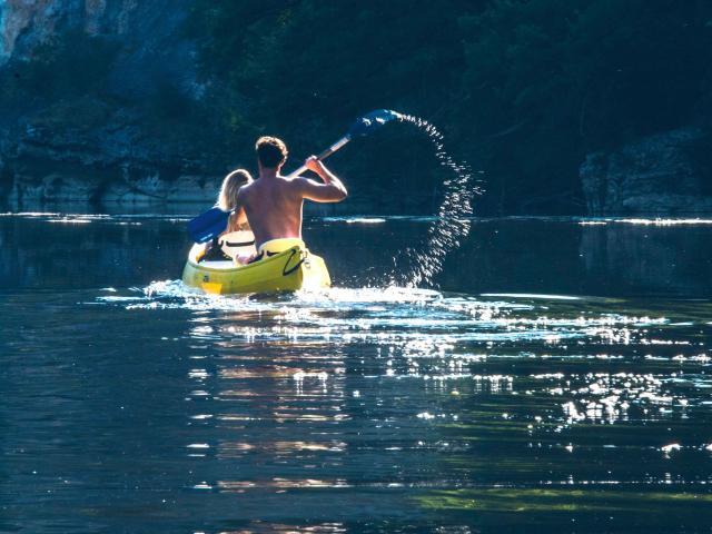 Canoe Sur La Dordogne © Dan Courtice Vallée De La Dordogne