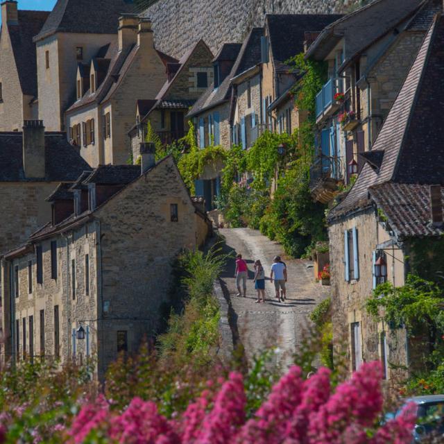 Accès au château du bas du village