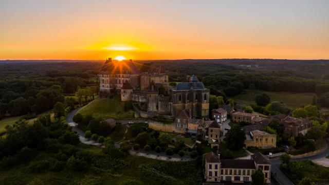 Panorama sur le château de Biron et la campagne environnante