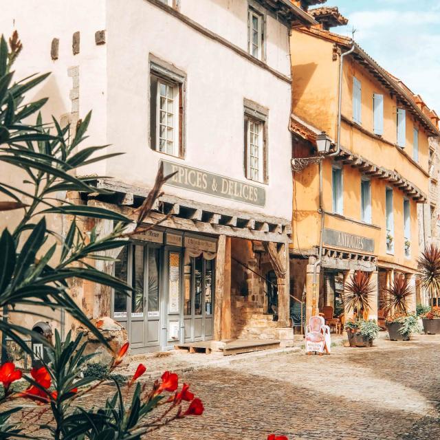 Beaulieu-sur-Dordogne, ruelle et boutiques