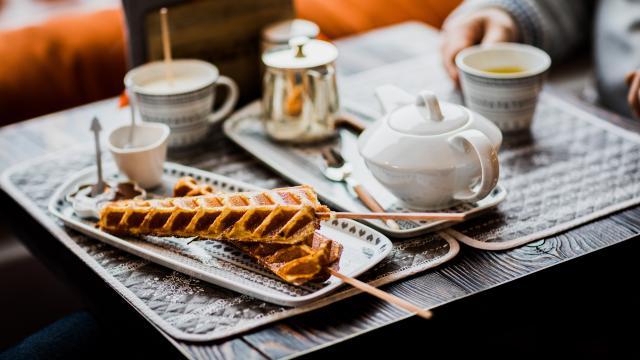 Après-midi cosy au Chalet de Flore à Verbier avec chocolat chaud et gaufres. Goûter en famille.