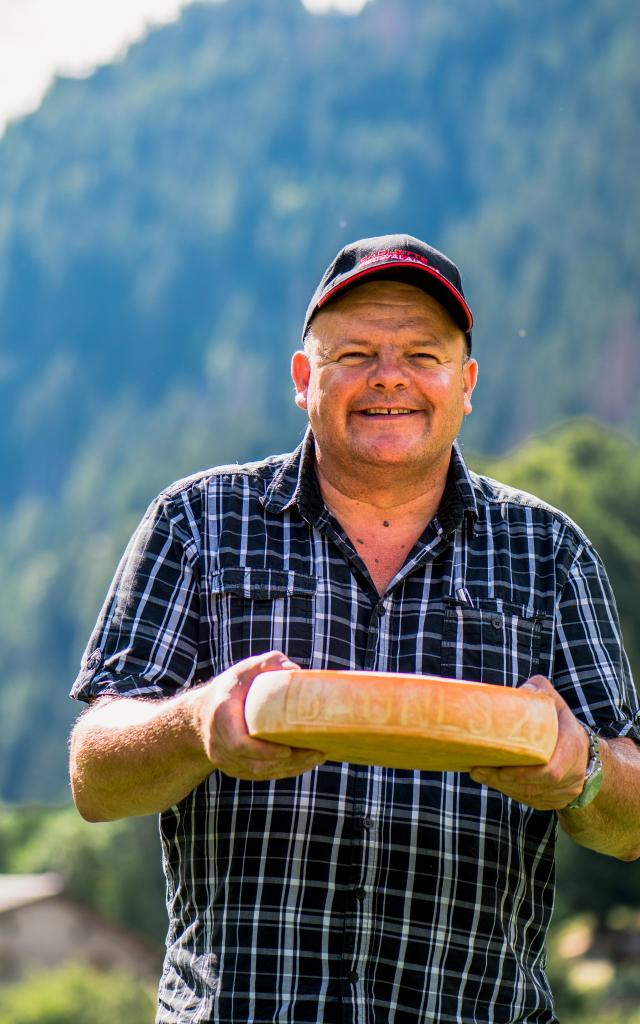 Eddy Baillifard présentant un fromage à raclette