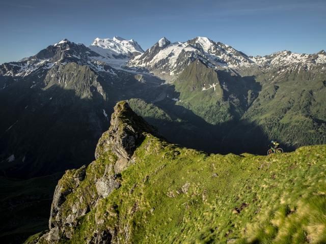 Ludo May en VTT enduro du côté du Col Termin et de Patiéfray (vers la Chaux). Vue sur les Combins