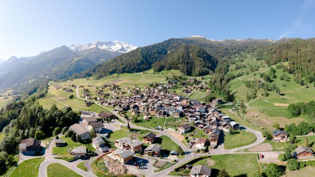 Vue aérienne du village de Bruson