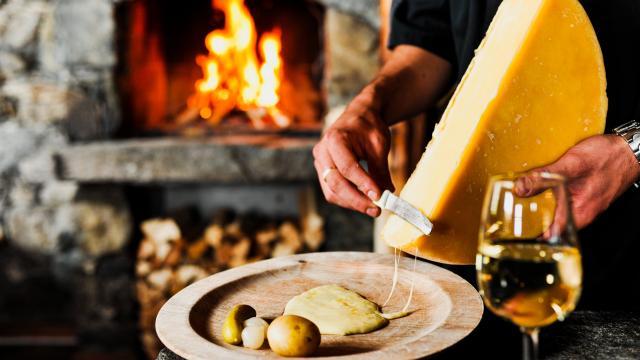 Raclette au fromage de Bagnes et au feu de bois.