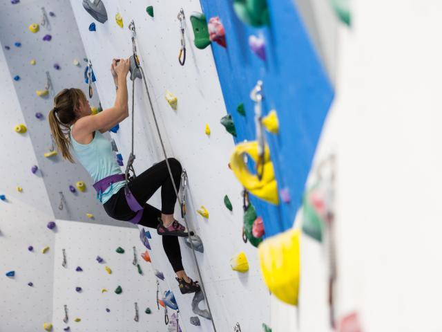 Escalade au mur de grimpe du Centre Sportif de Verbier