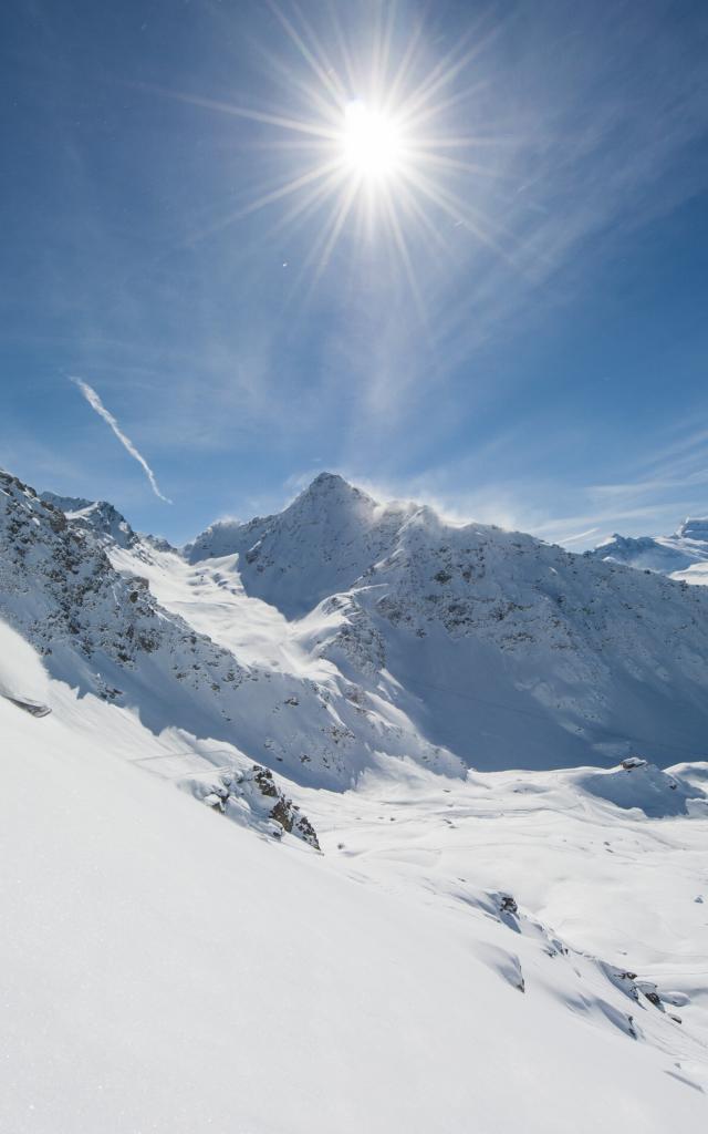 Ski freeride au Mont-Gelé avec vue sur le Bec des Rosses, la Chaux, le massif des Combins.