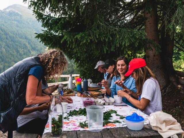 Cuillette et cuisine avec les fleurs à la Tzoumaz