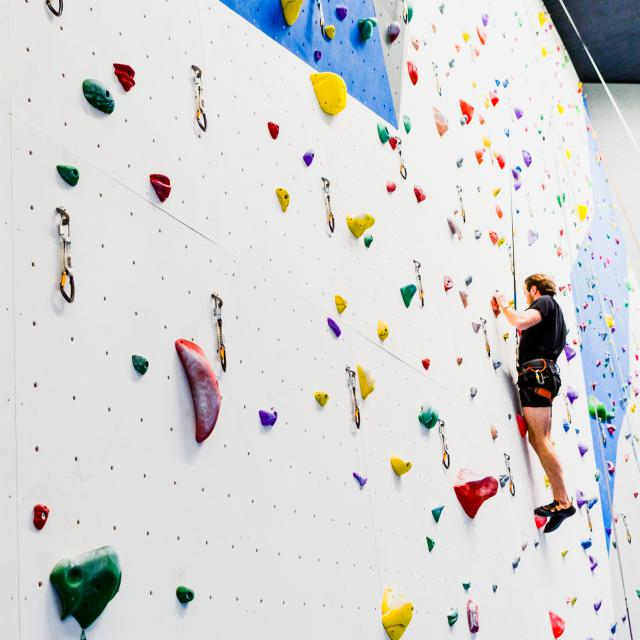 Escalade au mur de grimpe du Centre Sportif de Verbier.