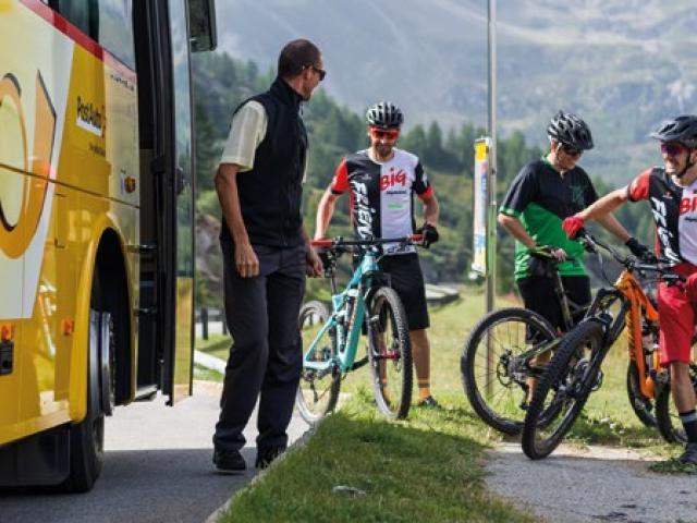Cyclistes descendant d'une navette