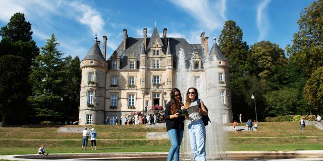 jeunes-femmes-touristes-chateau-bagnoles-orne-3