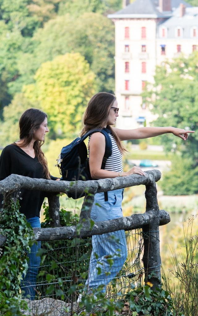 jeunes-femmes-touristes-roc-chien-bagnoles-orne-3