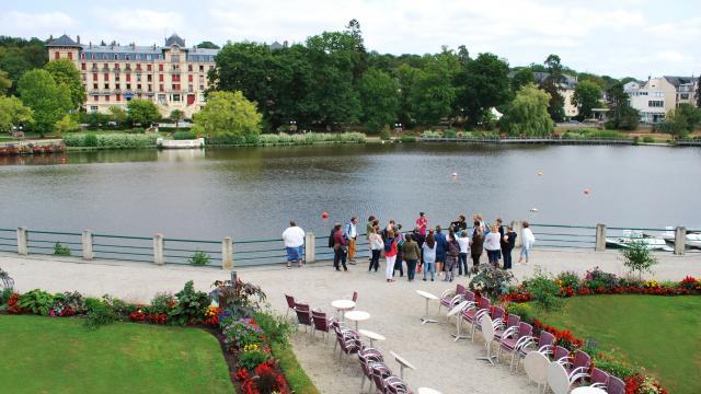 Touristes-visite-lac-bagnoles-orne-grand-hotel-5