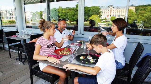 bagnoles-orne-casino-restaurant-famille-terrasse-1-scaled.jpg