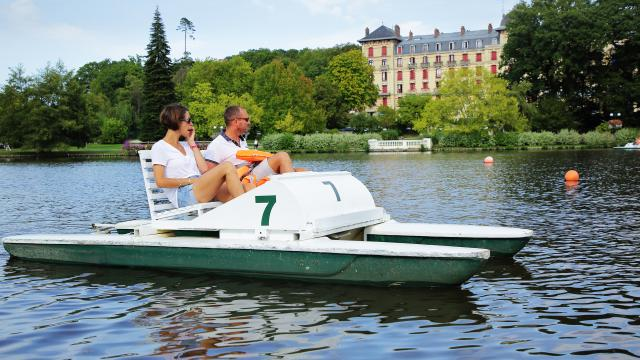 bagnoles-orne-lac-casino-pedalo-couple