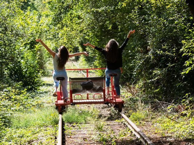 bagnoles-orne-velo-rail-activite-jeunes-femmes-1