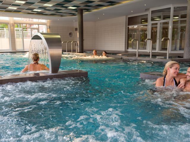 bagnoles-orne-bo-resort-couple-detente-bassin-2.jpg