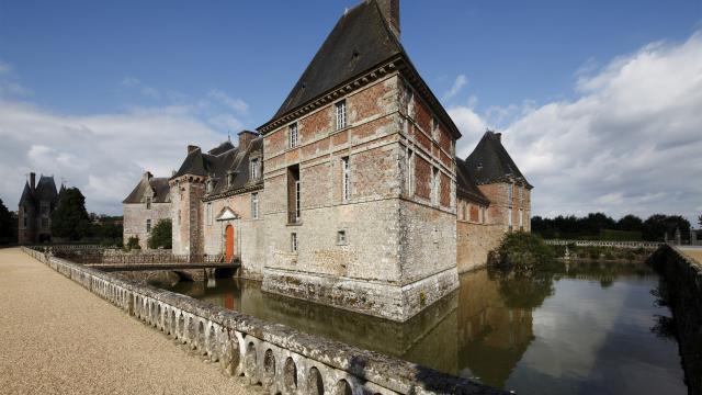 Château de Carrouges, vue d'ensemble de la façade d'entrée de l'aile nord-ouest et de la façade de l'aile sud-ouest