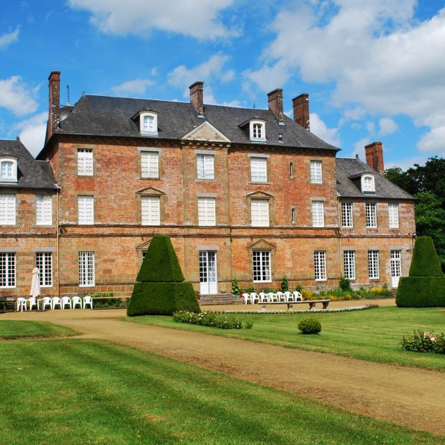 Couterne Chateau Facade Jardin Brique