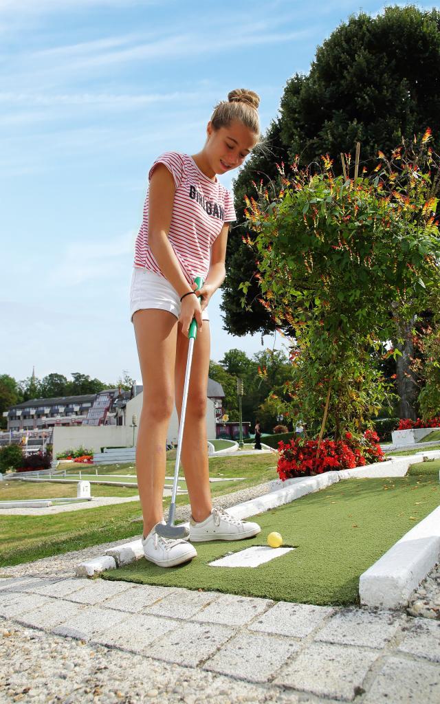Bagnoles Orne Mini Golf Famille Jouer Casino Lac Jeune Fille