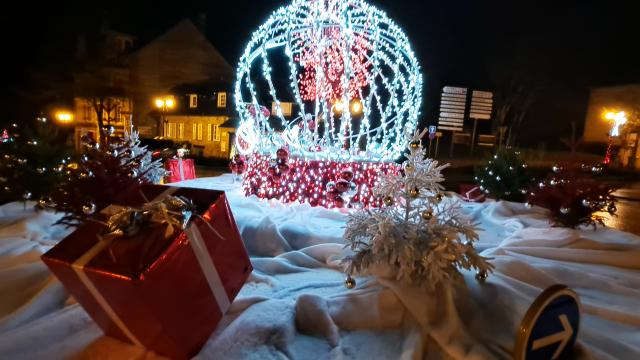 Bagnoles Orne Noel Illuminations Fetes Decoration Cadeaux Sapin Boule (3)