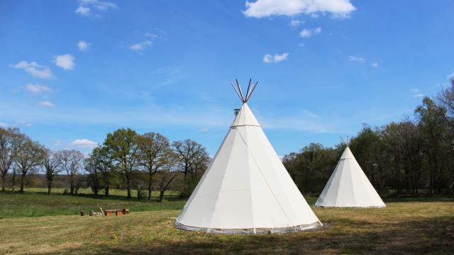 Bagnoles Orne Tipi Herbergement Insolite Gite Passee Exterieur Prairie Champ Ciel Bleu 2©bagnolestourisme