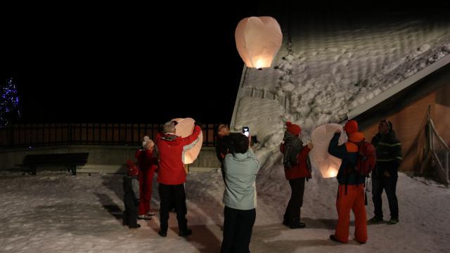 Lanternes de Noël sur le front de neige d'Oz-en-Oisans