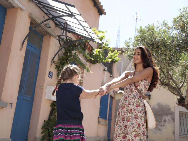 Une mère et sa fille se tenant la main