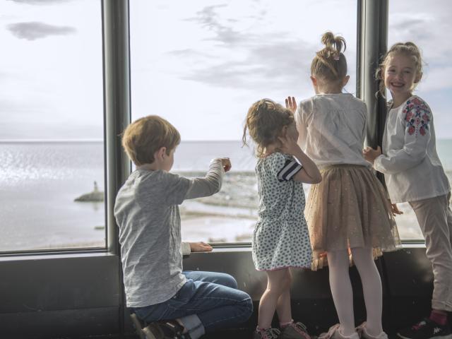 3 enfants qui regardent par la fenêtre