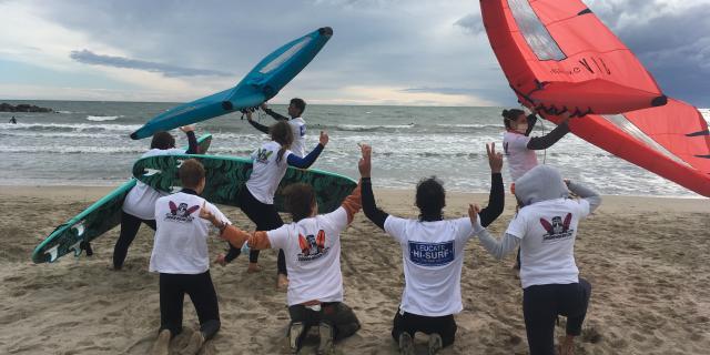 Cours d'activités nautiques sur la plage avec des adolescents