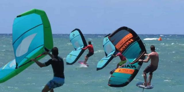 3 hommes faisant du foil kite surf