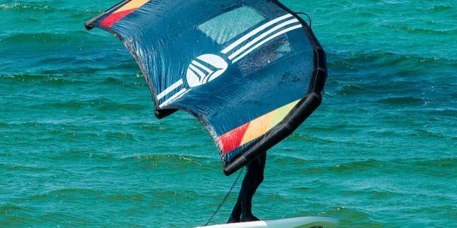 Homme faisant du foil kite surf