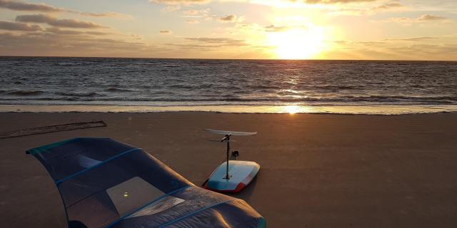 Wingfoil sur la plage devant un coucher de soleil