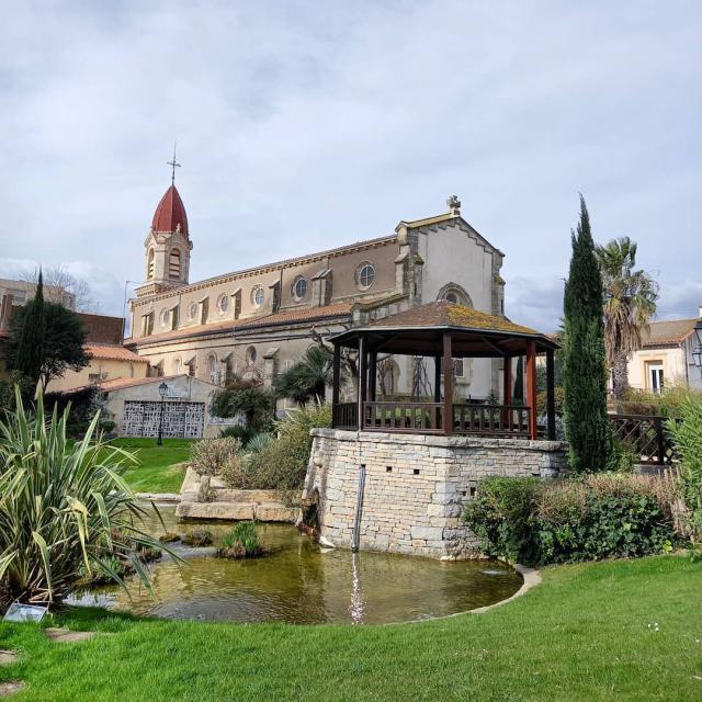 Jardin Saint Pierre avec l'Eglise Saint Pierre en arrière plan