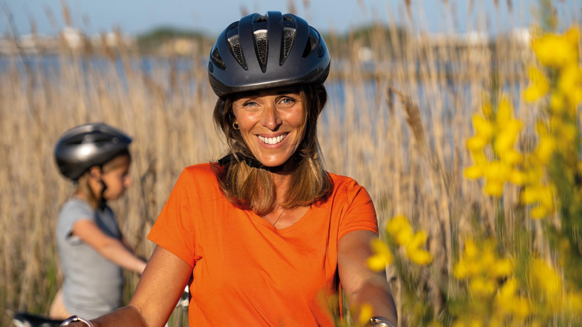 Une guide de vélo souriante