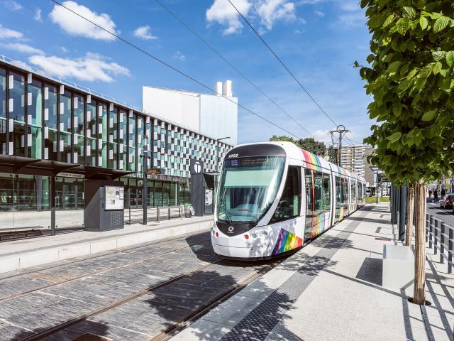 Tramway devant le Centre de congrès d'Angers