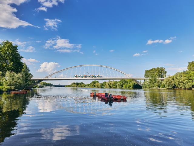 Tram passant sur le pont Confluences