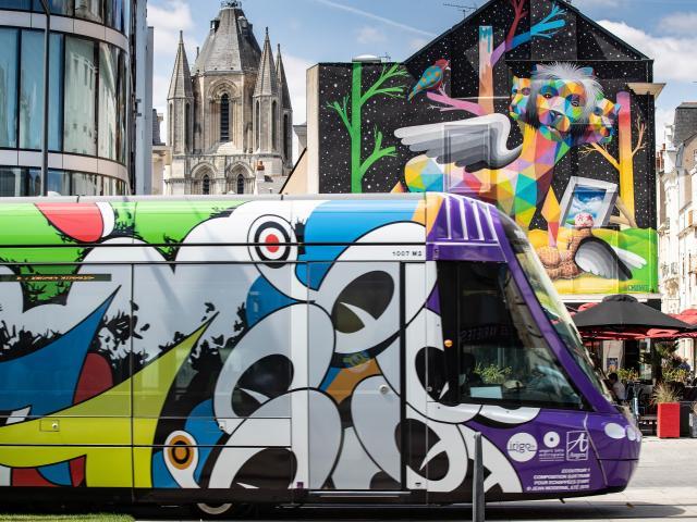 Tramway habillé aux couleurs des écouteurs par Jean Moderne / Fresque d'Okuda, Apocalypsis