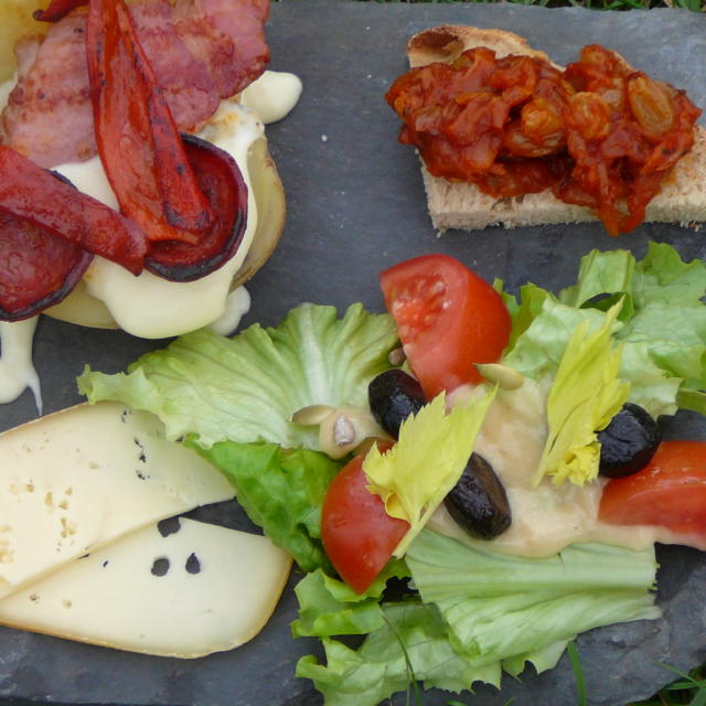 Plancha de charcutería, queso y especialidades Bearnesas