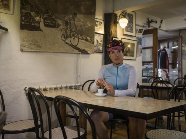 Camille Deligny, una ciclista toma un café