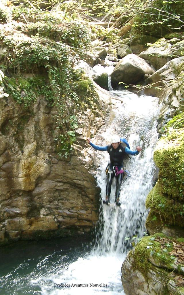 Une personne fait du canyoning dans un ruisseau