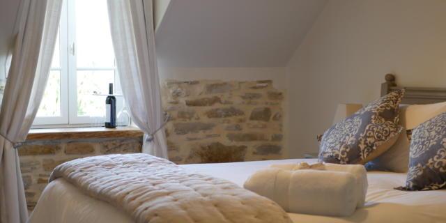 Chambre avec lit et fenêtre