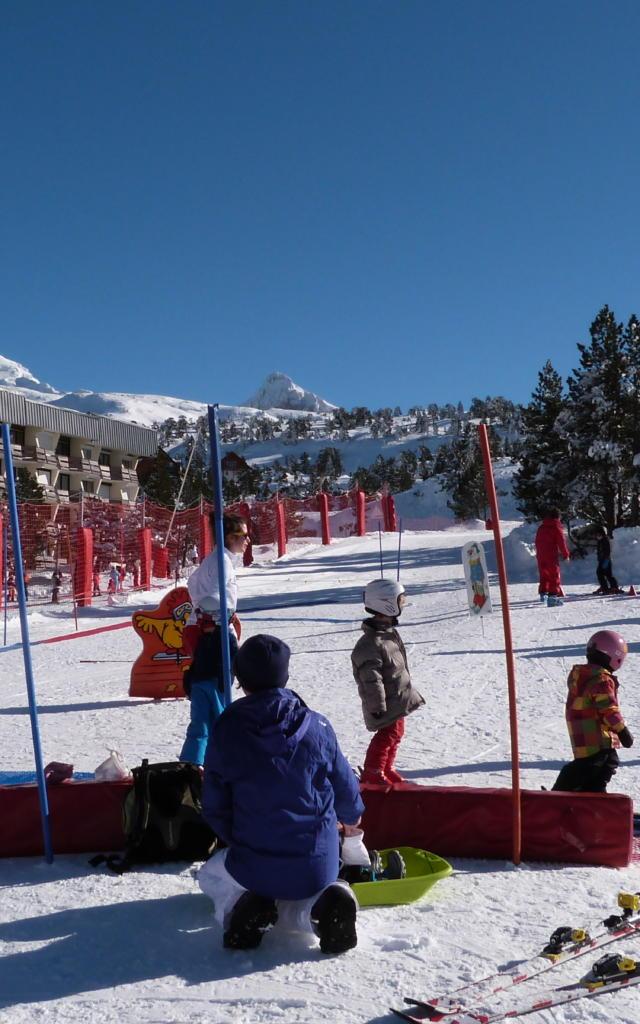 Petits enfants débutent au ski avec le Club Piou-Piou à La Pierre Saint-Martin