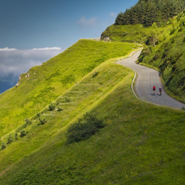 Deux cyclistes montent un col de montagne