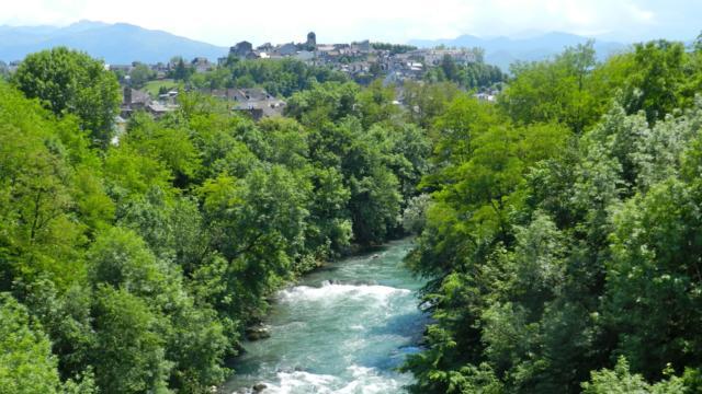 Vista del arroyo de Ossau y el barrio de Sainte-Croix de Oloron Santa-María