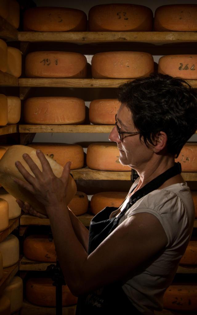 Productrice de la Ferme Miramon à Bedous avec ses fromages
